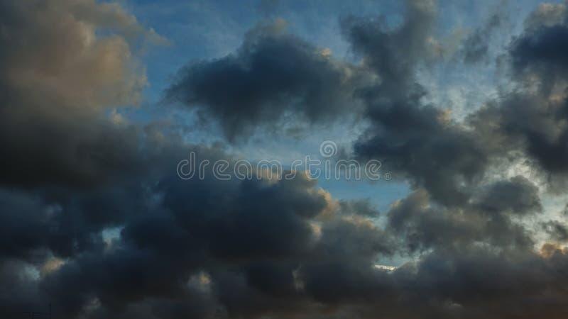 Nuvole di buio della pioggia fotografia stock