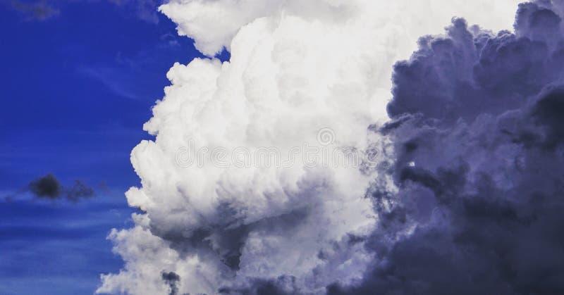 Nuvole di contrapposizione fotografie stock libere da diritti