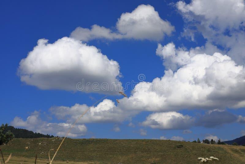 Nuvole di Cumulo nimbus e paesaggio pirenaico, Francia immagine stock