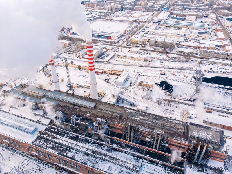 Nuvole di fumo aeree di vista superiore e carbone centrale dell'elettrotipia industriale di calore della torre di raffreddamento  immagine stock
