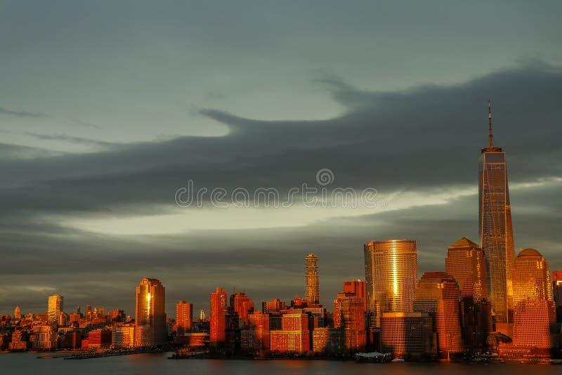 Nuvole di giorno del sole dell'orizzonte di New York City fotografia stock