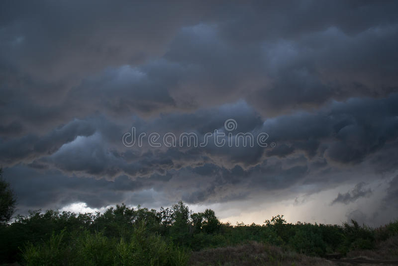 Nuvole di Horrifine che si muovono davanti alla tempesta immagine stock libera da diritti