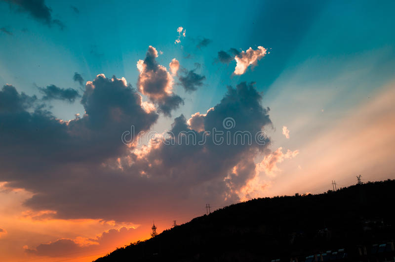 Nuvole di incandescenza di tramonto di postluminescenza fotografia stock