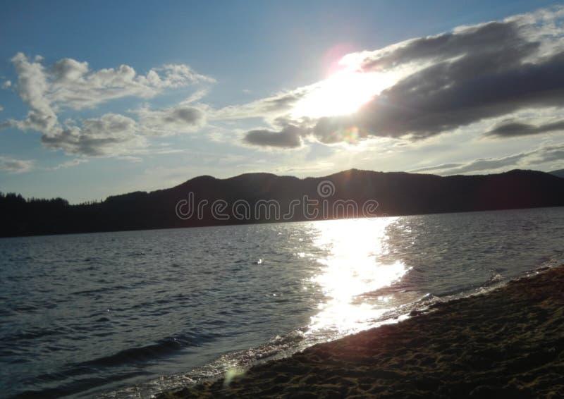 Nuvole di Lakeside al tramonto immagini stock libere da diritti
