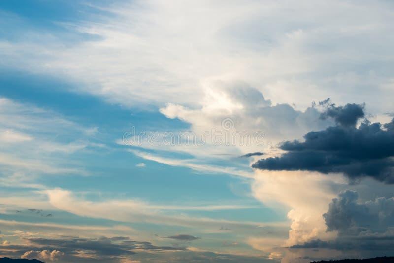 Nuvole di pioggia o di Nimbus che si formano nel cielo immagine stock