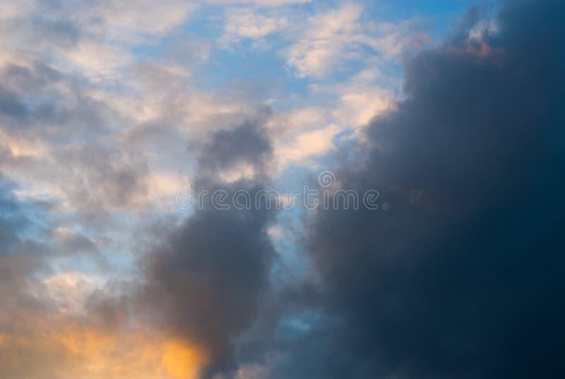 Nuvole di pioggia scure in cielo di autunno immagine stock libera da diritti