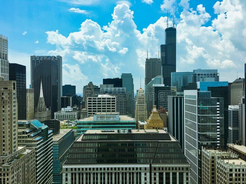Nuvole di tempesta che arrivano a fiumi sopra gli edifici alti del ` s di Chicago immagine stock libera da diritti