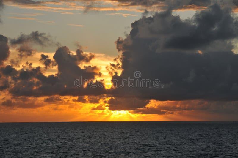 Nuvole di tempesta che si riuniscono al tramonto fotografie stock