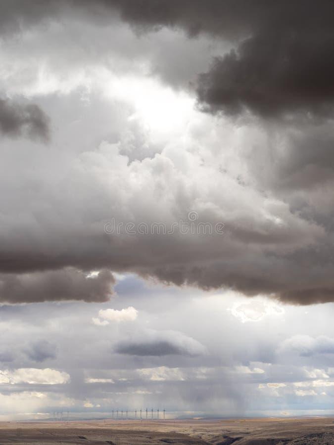 Nuvole di tempesta con i generatori eolici fotografia stock libera da diritti