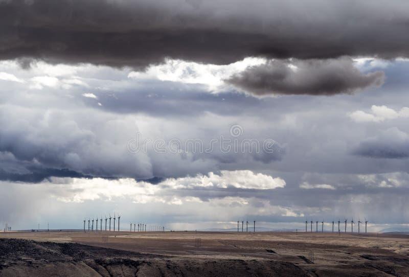 Nuvole di tempesta con i generatori eolici fotografie stock