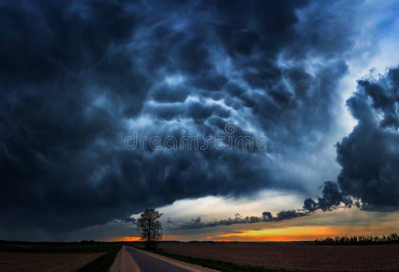 Nuvole di tempesta con la pioggia fotografia stock libera da diritti