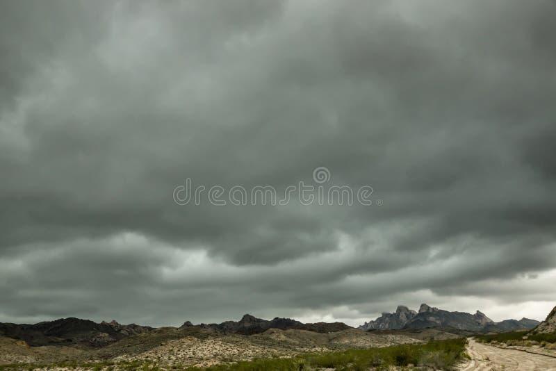 Nuvole di tempesta del deserto fotografie stock libere da diritti