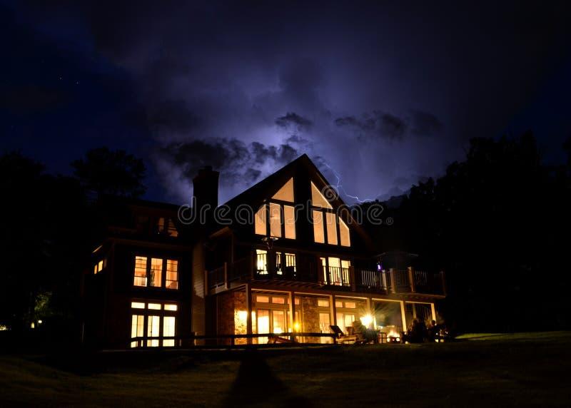 Nuvole di tempesta di una casa fotografia stock libera da diritti