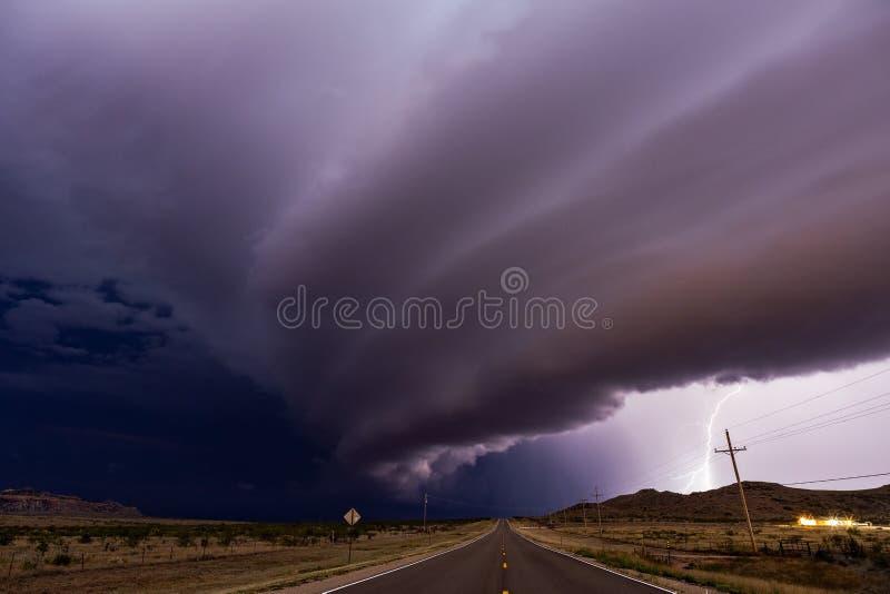 Nuvole di tempesta drammatiche davanti ai temporali severi alla notte fotografia stock libera da diritti
