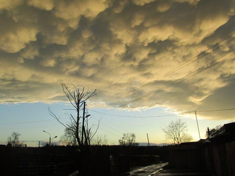 Nuvole di tempesta grige gialle Formazione drammatica dell'onda di cielo del cumulonembo sopra la città Tempo dopo il temporale,  fotografie stock