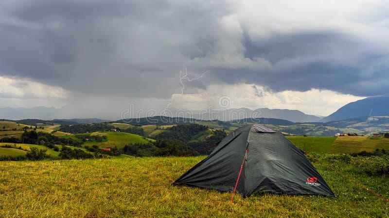Nuvole di tempesta nelle montagne con pioggia persistente e fulmine, avventure di campeggio fotografie stock libere da diritti