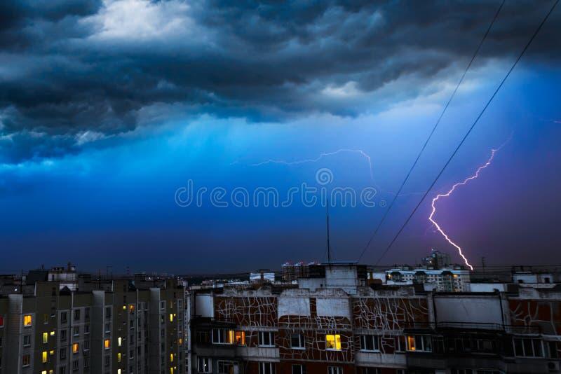 Nuvole di tempesta, pioggia persistente Temporale e fulmine sopra la città fotografia stock libera da diritti