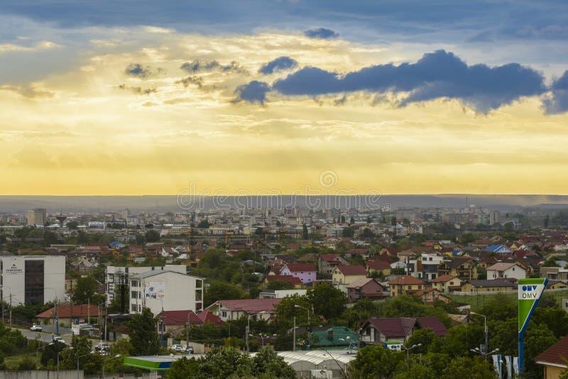 Nuvole di tempesta sopra la città di Craiova immagini stock libere da diritti