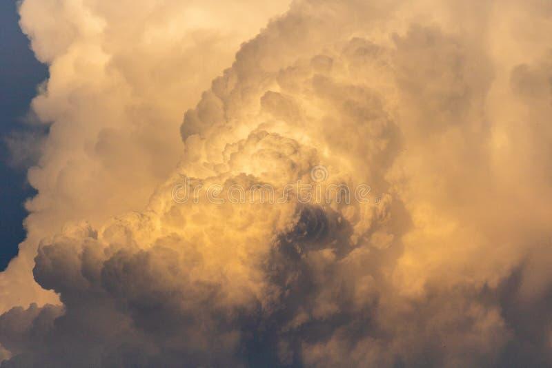 Nuvole dorate alla luce drammatica al tramonto/all'alba immagini stock libere da diritti