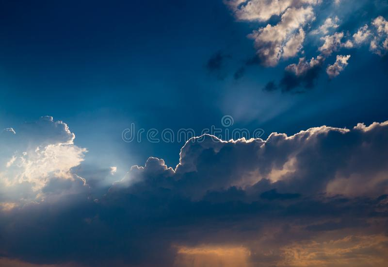 Nuvole drammatiche di pioggia e di tramonto fotografia stock libera da diritti