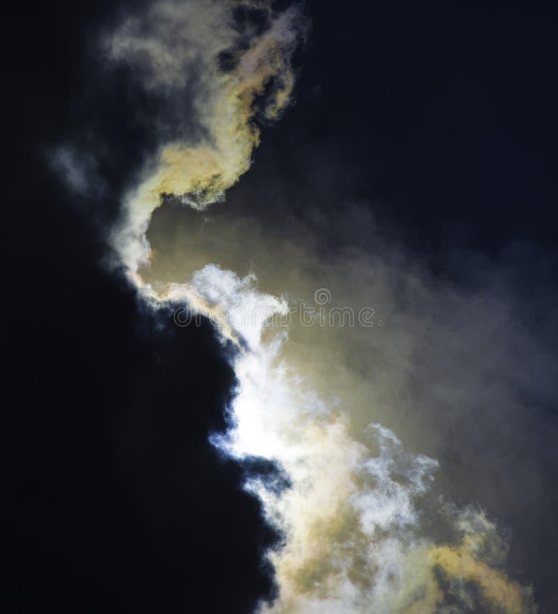 Nuvole drammatiche dovuto l'eclissi solare parziale fotografie stock libere da diritti