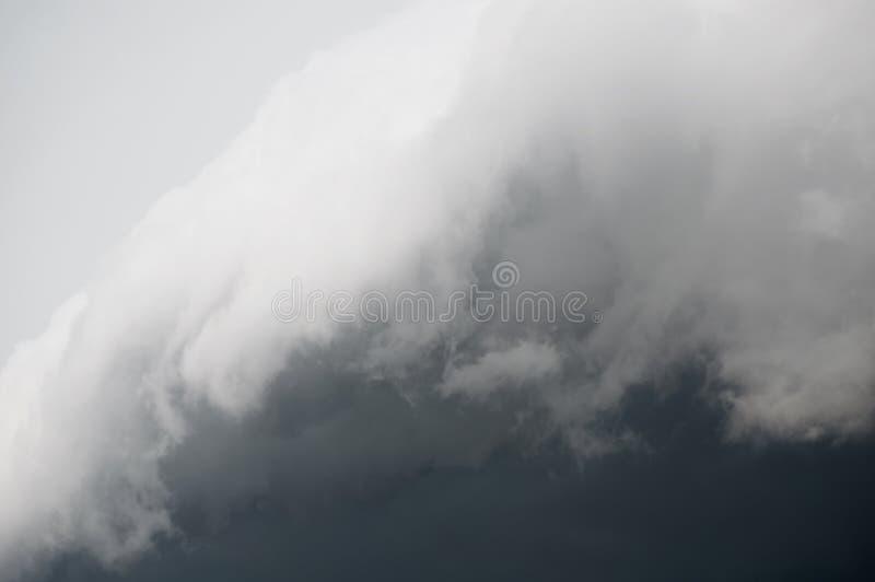 Nuvole drammatiche grige tempestose nel cielo prima del temporale immagine stock