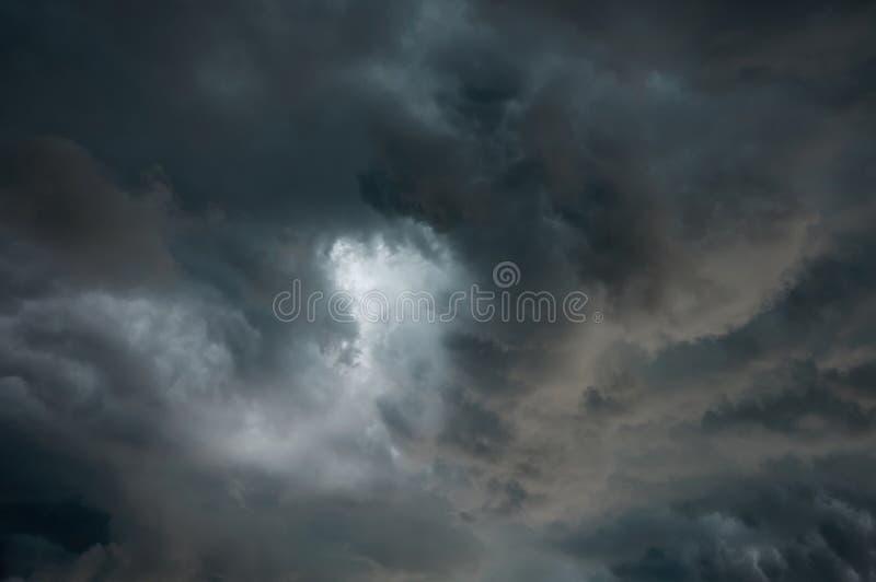 Nuvole drammatiche grige tempestose nel cielo prima del temporale fotografie stock