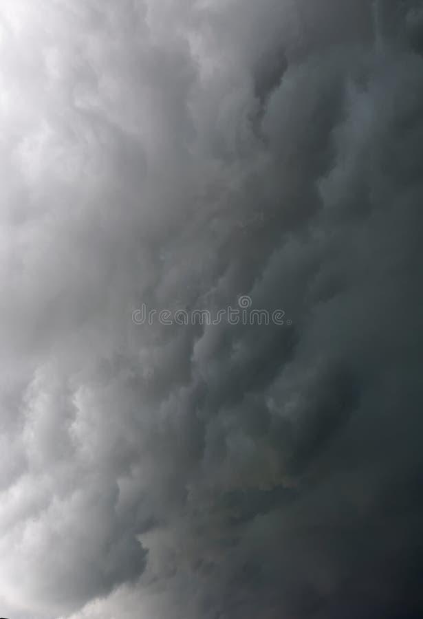Nuvole drammatiche grige tempestose nel cielo prima del temporale fotografie stock libere da diritti