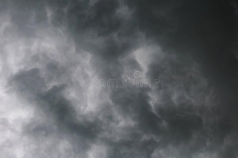 Nuvole drammatiche grige tempestose nel cielo prima del temporale fotografia stock