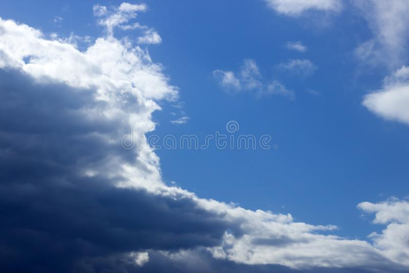 Nuvole e cielo blu di tempesta Dopo la pioggia Cambiamento del tempo immagini stock