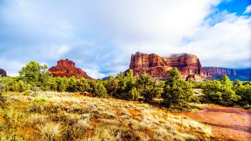 Nuvole e cielo blu sopra la roccia di Bell e collina del tribunale fra il villaggio di Oak Creek e Sedona in Arizona del Nord immagine stock