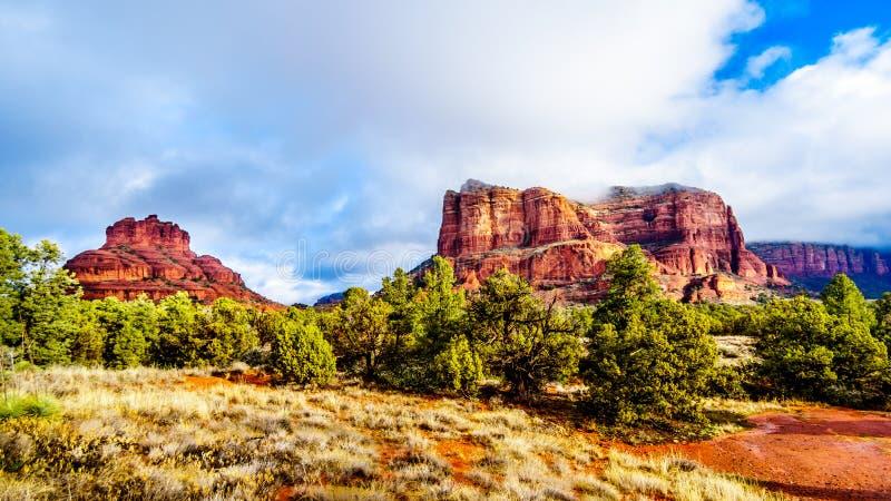 Nuvole e cielo blu sopra la roccia di Bell e collina del tribunale fra il villaggio di Oak Creek e Sedona in Arizona del Nord fotografia stock libera da diritti