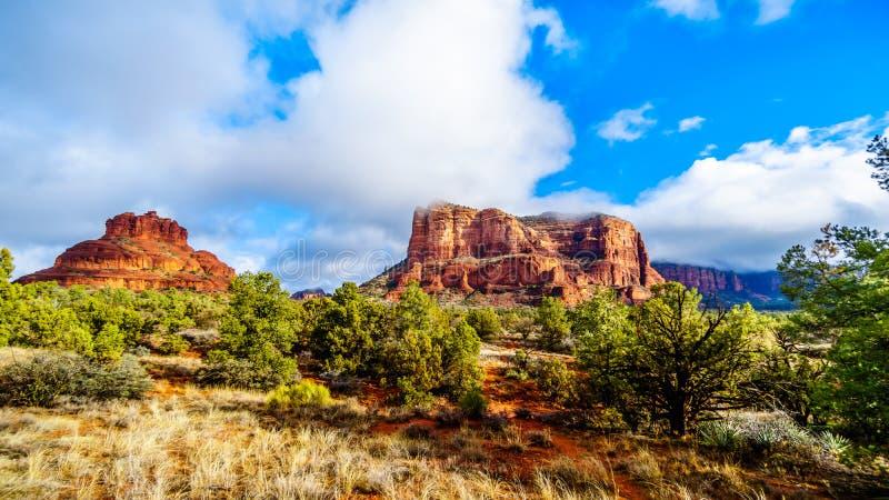 Nuvole e cielo blu sopra la roccia di Bell e collina del tribunale fra il villaggio di Oak Creek e Sedona in Arizona del Nord immagine stock libera da diritti