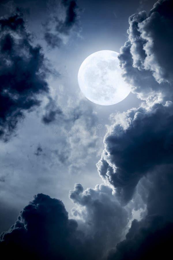 Nuvole e cielo drammatici di notte con la bella luna blu piena fotografie stock libere da diritti