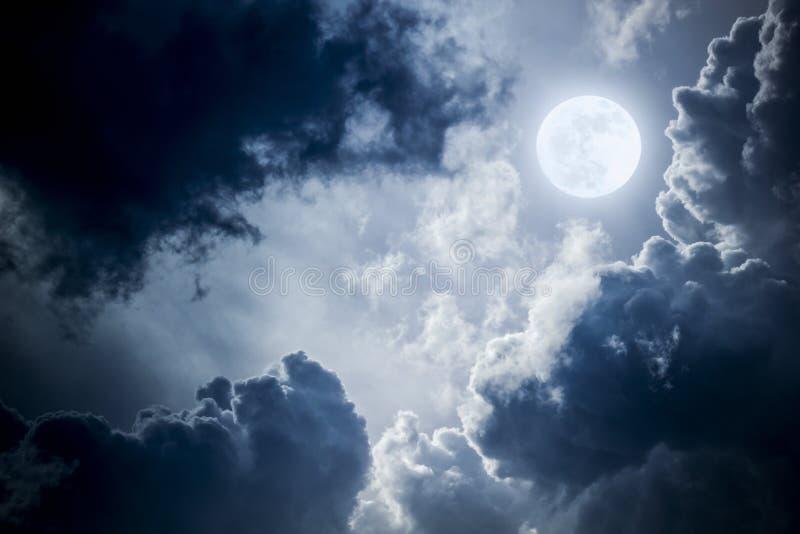 Nuvole e cielo drammatici di notte con la bella luna blu piena immagini stock libere da diritti