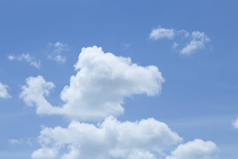 Nuvole e fondo bianchi adorabili del cielo blu fotografia stock libera da diritti