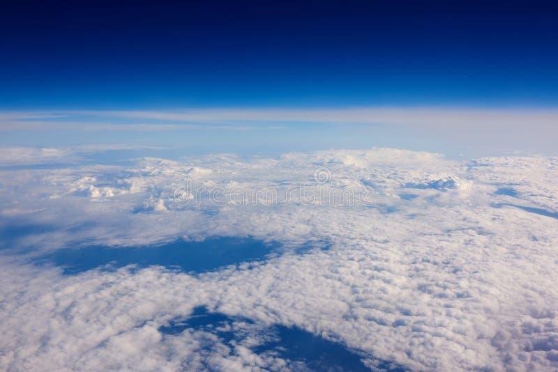 Nuvole e fondo calmi del cielo di incantesimo con lo spazio della copia per il vostro messaggio di testo o contenuto promozionale fotografia stock