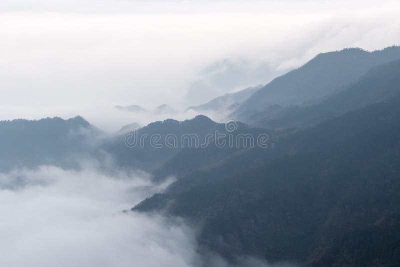 Nuvole e foschie che vanno alla deriva nella valle fotografie stock
