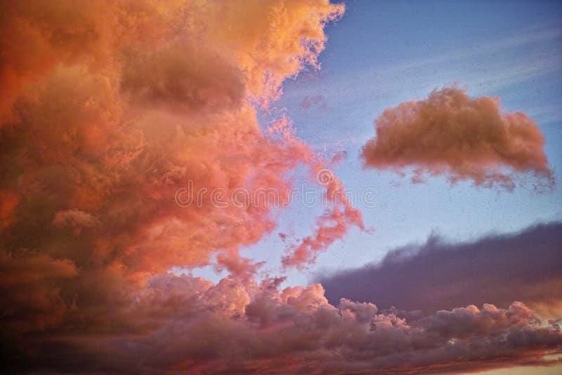 Nuvole e grandine di tempesta dal cielo di tramonto immagine stock
