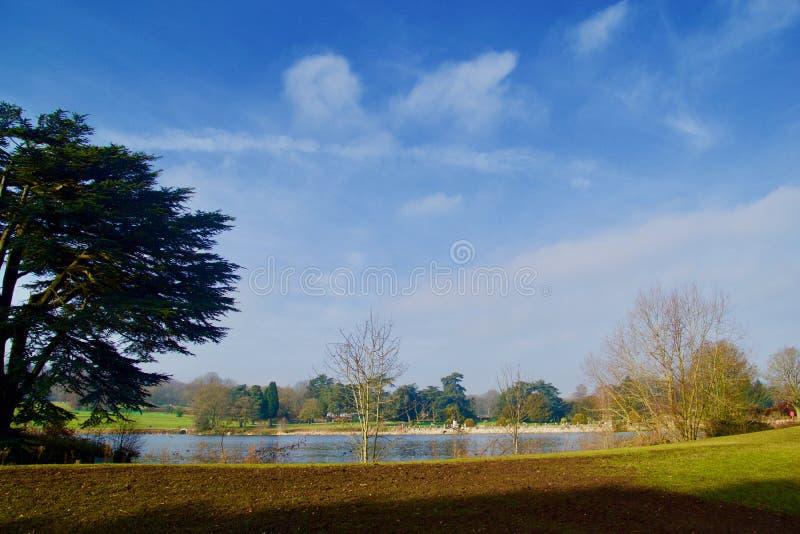 Nuvole e lago delle ombre immagine stock