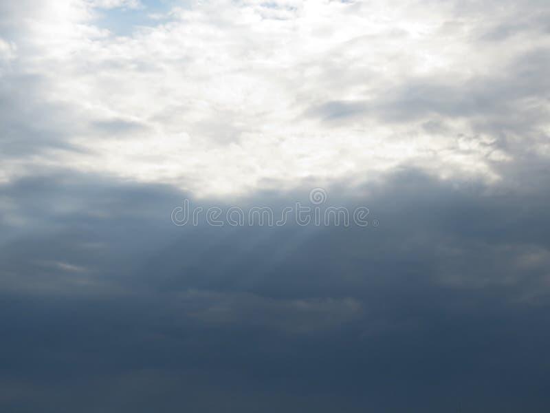 Nuvole e luce scure fotografia stock libera da diritti