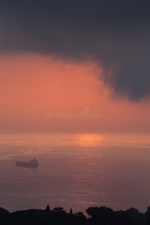 Nuvole e luce sopra il mare nella baia di Algeri immagine stock libera da diritti