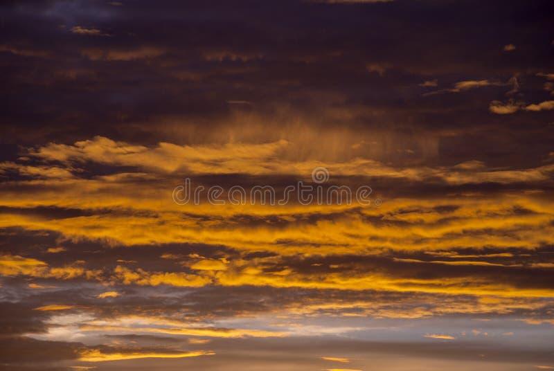 Nuvole e montagne di alba nel Guatemala, cielo drammatico con i colori colpenti immagine stock libera da diritti