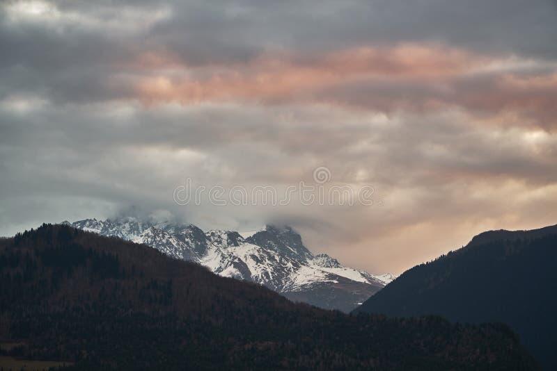 Nuvole e montagne di Caucaso scure Tetnuldi ? un picco prominente nella parte centrale di maggior catena montuosa di Caucaso, fotografie stock libere da diritti