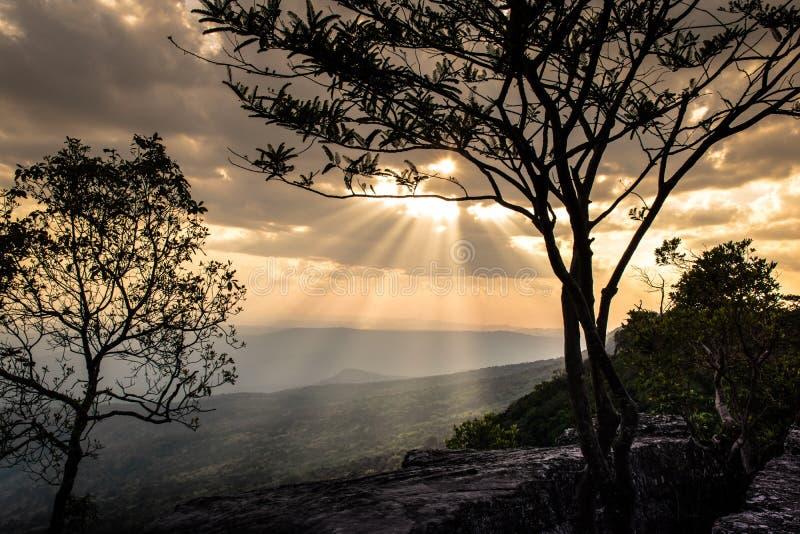 Nuvole e raggio del sole sulla montagna superiore fotografia stock libera da diritti