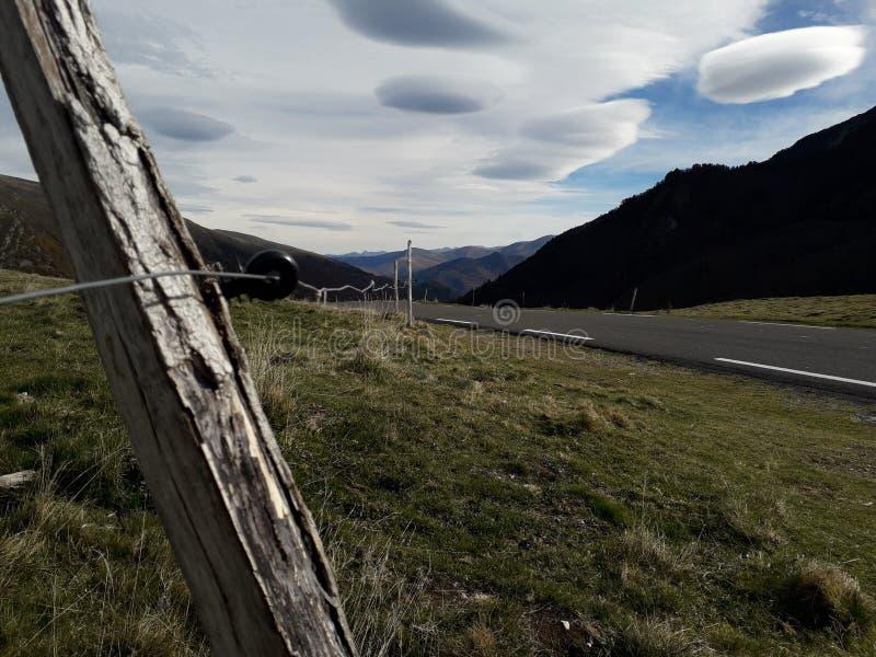 Nuvole e recinto della montagna fotografie stock