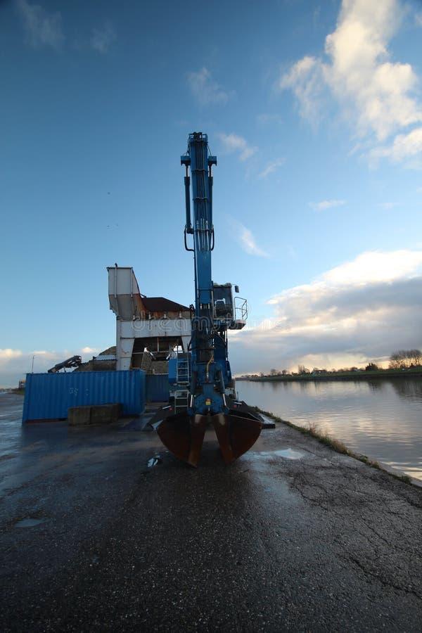 nuvole e specchi di alba sul fiume Hollandse IJssel in immagine stock