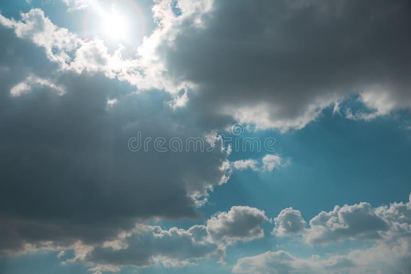 Nuvole e Sun fotografie stock libere da diritti