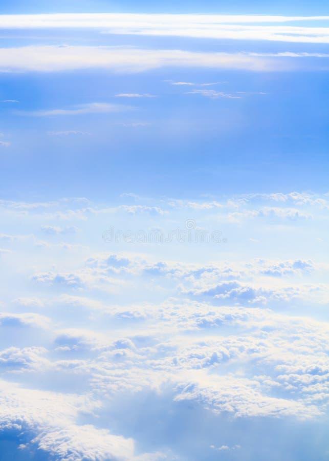 Nuvole e verticale del fumo immagine stock