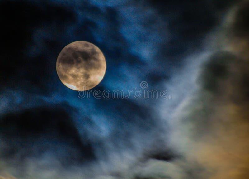 Nuvole esili e luna piena sopra la Nord Carolina fotografia stock libera da diritti